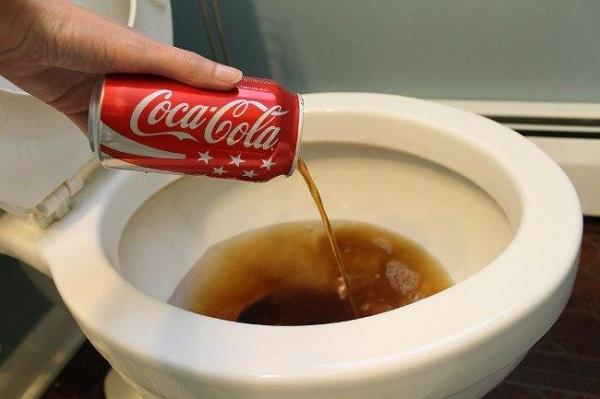 Thông cống bằng coca là mẹo vặt có thể áp dụng ngay tại nhà không tốn nhiều chi phí